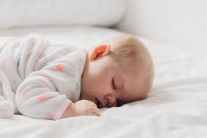 Cuál es la mejor posición para que duerma el bebé