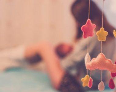 Bebê pode dormir com pano no rosto?