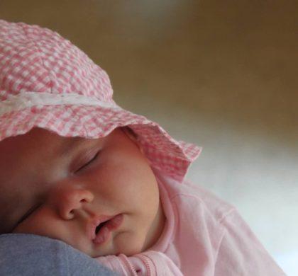 Bebê dormindo com a boca aberta
