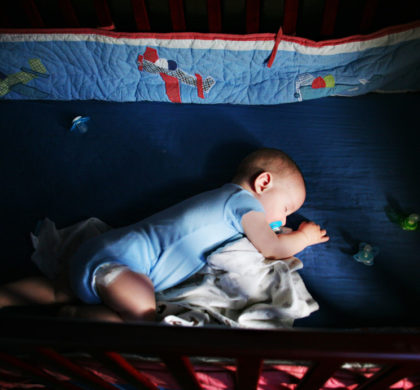 Bebê dormindo com o olho aberto