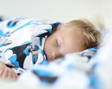 Por que o bebê chora dormindo?