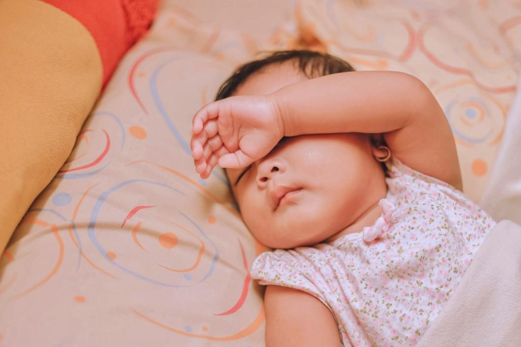 Posso deixar bebê dormir com febre?