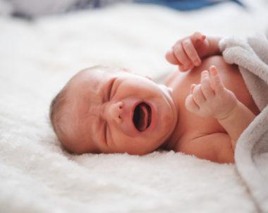 Por que meu Bebê resmunga dormindo?