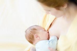 Por que meu Bebê resmunga quando mama?