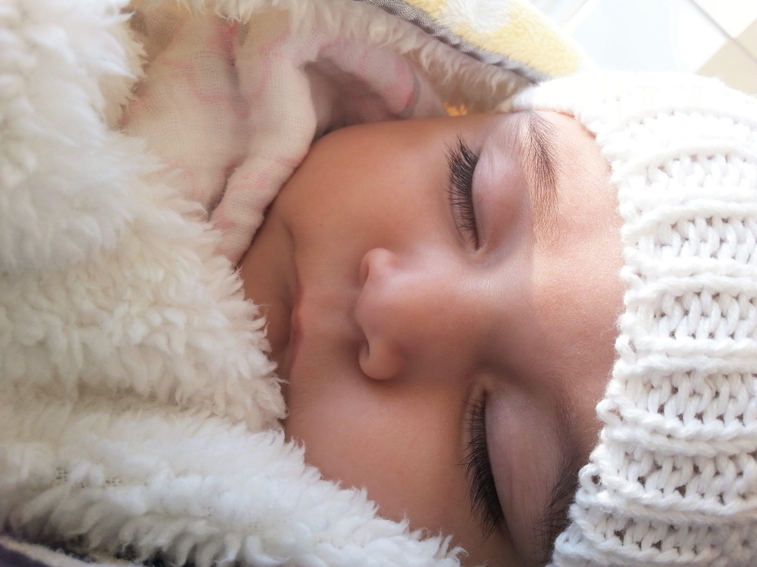 Bebê pode dormir de capuz