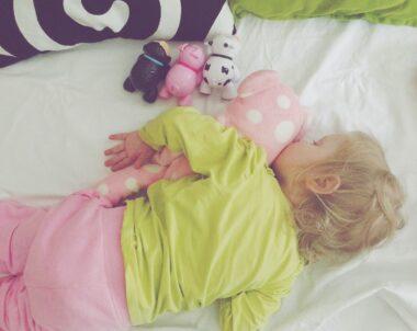 Bebê dormir de bruços faz mal?