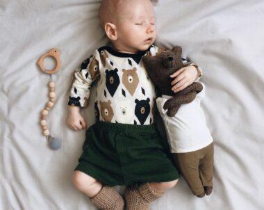 Bebê dormir de boca aberta faz mal?
