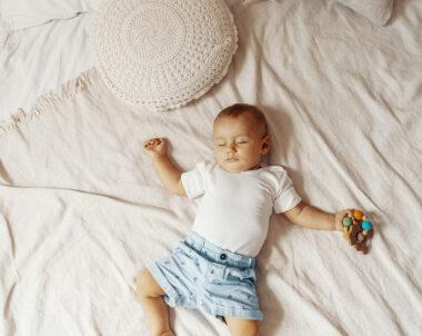 Como fazer o bebê dormir com naninha?