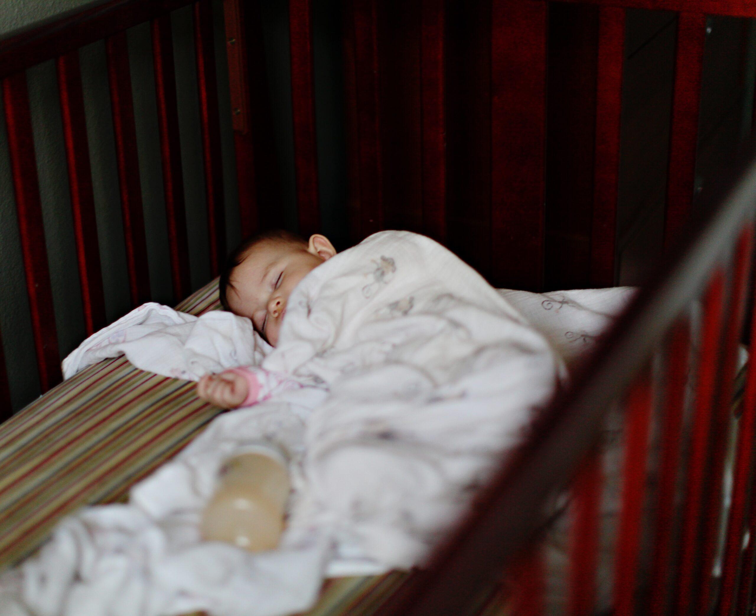 Bebê pode dormir com babador?